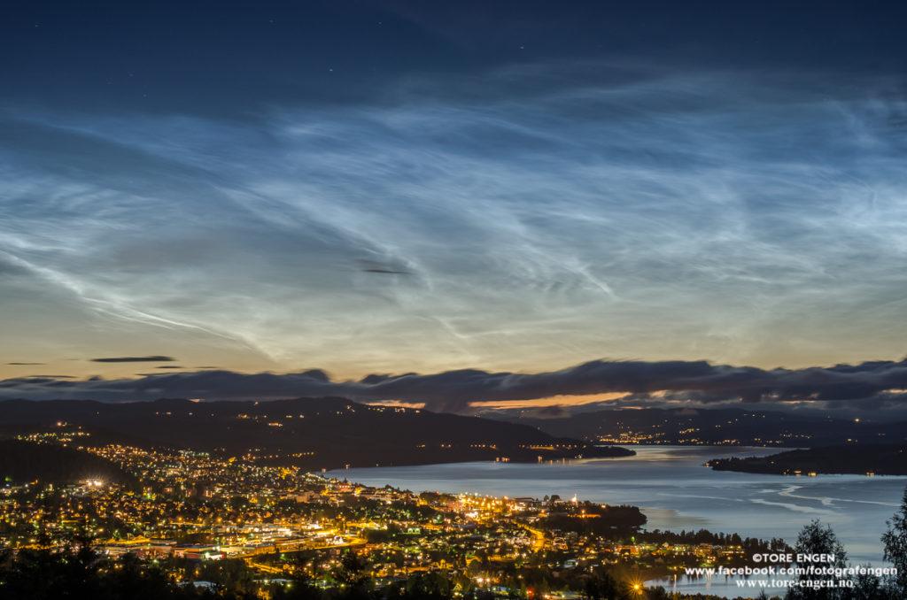 Bilde av fenomenet nattlysende skyer over Gjøvik.