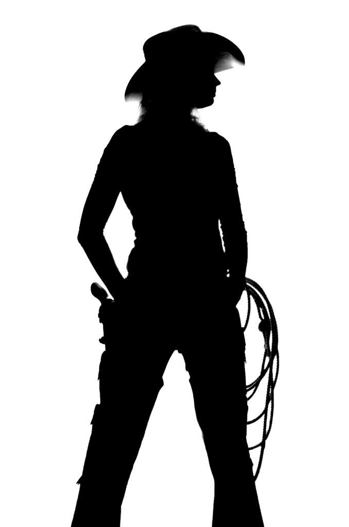Silhuett av en cowgirl med revolver, hatt og lasso