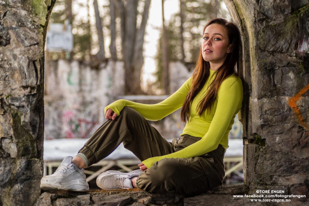 Portrett av kvinnelig fotomodell sittende i en åpen glugge