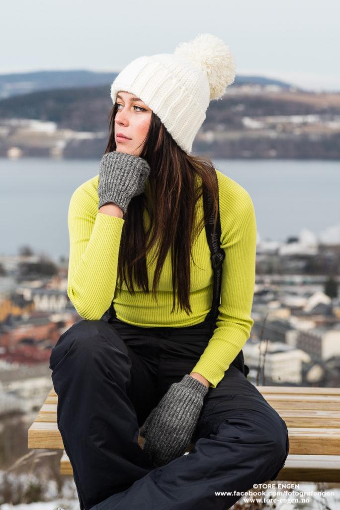 Kvinnelig fotomodell kledd i sterke farger på en fotoshoot på Hovdetoppen, Gjøvik